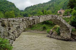 پل ماخونتسی یکی از جاذبه های تاریخی وتوریستی گرجستان