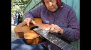 گیتار زدن عجیب مادر بزرگ دوست داشتنی با لامپ!
