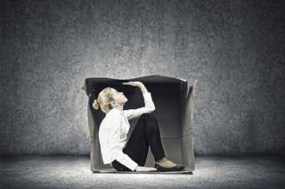 گیر افتادن عاطفی چیست؟ 10 راهکار برای رهایی از این احساس