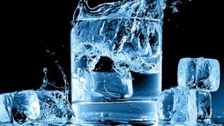 15 ضرر نوشیدن آب یخ برای بدن