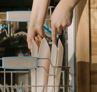 ماشین ظرفشویی خود را برای تعمیر به چه کسی بسپارم